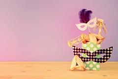 Purim świętowania pojęcie & x28; żydowski karnawałowy holiday& x29; nad drewnianym stołu i purpur tłem obraz royalty free
