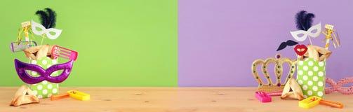 Purim świętowania pojęcie & x28; żydowski karnawałowy holiday& x29; nad drewnianym stołu i purpur zielonym tłem obrazy royalty free