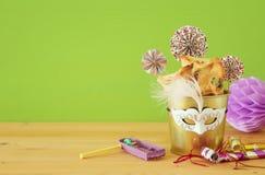 Purim świętowania pojęcie & x28; żydowski karnawałowy holiday& x29; nad drewnianym stołu i zieleni tłem obraz royalty free