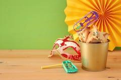 Purim świętowania pojęcie & x28; żydowski karnawałowy holiday& x29; nad drewnianym stołu i zieleni tłem obraz stock