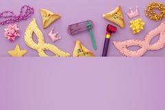 Purim świętowania pojęcie & x28; żydowski karnawałowy holiday& x29; nad purpurami, różowy drewniany tło Odgórny widok fotografia stock