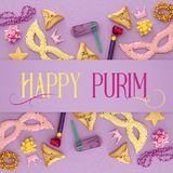 Purim świętowania pojęcie & x28; żydowski karnawałowy holiday& x29; nad purpurami, różowy drewniany tło Odgórny widok zdjęcia royalty free