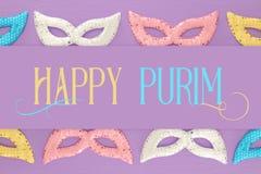 Purim świętowania pojęcie & x28; żydowski karnawałowy holiday& x29; nad purpurami, różowy drewniany tło Odgórny widok obraz stock