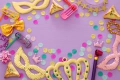 Purim świętowania pojęcie & x28; żydowski karnawałowy holiday& x29; nad purpurami, różowy drewniany tło Odgórny widok obrazy stock