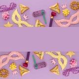 Purim świętowania pojęcie & x28; żydowski karnawałowy holiday& x29; nad purpurami, różowy drewniany tło Odgórny widok zdjęcia stock