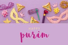 Purim świętowania pojęcie & x28; żydowski karnawałowy holiday& x29; nad purpurami, różowy drewniany tło Odgórny widok obraz royalty free
