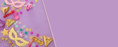 Purim świętowania pojęcie & x28; żydowski karnawałowy holiday& x29; nad purpurami, różowy drewniany tło Odgórny widok obrazy royalty free
