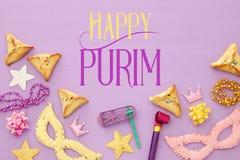 Purim świętowania pojęcie & x28; żydowski karnawałowy holiday& x29; nad różowym drewnianym tłem Odgórny widok zdjęcie stock
