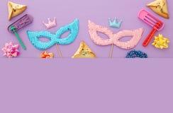 Purim świętowania pojęcie & x28; żydowski karnawałowy holiday& x29; nad różowym drewnianym tłem Odgórny widok obrazy royalty free