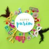Purim świętowania pojęcie & x28; żydowski karnawałowy holiday& x29; nad zielonym drewnianym tłem Odgórny widok obraz stock