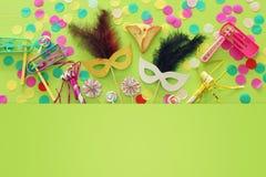 Purim świętowania pojęcie & x28; żydowski karnawałowy holiday& x29; nad zielonym drewnianym tłem Odgórny widok zdjęcie royalty free