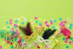 Purim świętowania pojęcie & x28; żydowski karnawałowy holiday& x29; nad zielonym drewnianym tłem Odgórny widok obrazy royalty free