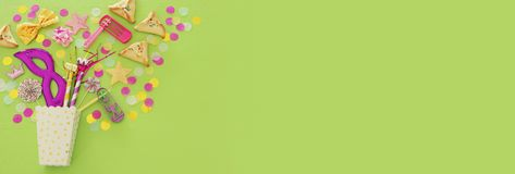 Purim świętowania pojęcie & x28; żydowski karnawałowy holiday& x29; nad zielonym drewnianym tłem Odgórny widok obrazy stock