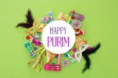 Purim świętowania pojęcie & x28; żydowski karnawałowy holiday& x29; nad zielonym drewnianym tłem Odgórny widok zdjęcia royalty free