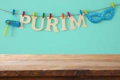 Purim świętowania pojęcie & x28; żydowski karnawałowy holiday& x29; przed pustym drewnianym stołem produktu pokazu tło zdjęcie royalty free