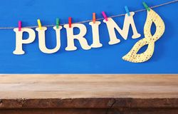 Purim świętowania pojęcie & x28; żydowski karnawałowy holiday& x29; przed pustym drewnianym stołem produktu pokazu tło zdjęcia stock