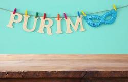 Purim świętowania pojęcie & x28; żydowski karnawałowy holiday& x29; przed pustym drewnianym stołem produktu pokazu tło obrazy royalty free