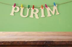 Purim świętowania pojęcie & x28; żydowski karnawałowy holiday& x29; przed pustym drewnianym stołem produktu pokazu tło obraz stock
