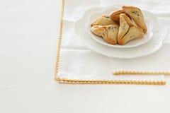 Purim świętowania pojęcie & x28; żydowski karnawałowy holiday& x29; Tradycyjny hamantaschen ciastka nad bielu stołem zdjęcia royalty free