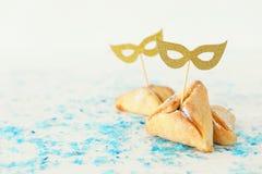 Purim świętowania pojęcie & x28; żydowski karnawałowy holiday& x29; Tradycyjny hamantaschen ciastka z ślicznymi złocistymi maskam obrazy stock
