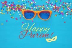 Purim świętowania pojęcie & x28; żydowski karnawałowy holiday& x29; z śmiesznymi szkłami Odgórny widok fotografia stock