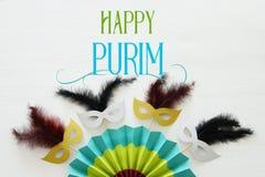 Purim świętowania pojęcie & x28; żydowski karnawałowy holiday& x29; z maskami i kolorowym fan nad białym drewnianym tłem Odgórny  zdjęcie stock