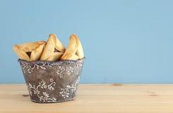 Purim berömbegrepp & x28; judisk karnevalholiday& x29; Traditionellt hamantaschen kakor över trätabellen royaltyfri foto