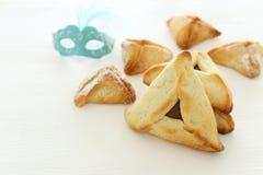 Purim-Feierkonzept u. x28; jüdisches Karneval holiday& x29; Traditionell hamantaschen Plätzchen über weißem Holztisch stockfoto