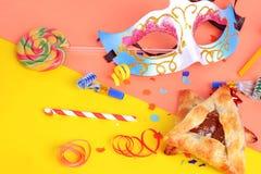 Purim tło z karnawał maską, partyjny kostiumowy i hamantaschen ciastka zdjęcia stock