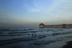 Purin strandpir i Tegal regenskap, Indonesien royaltyfri bild