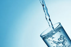 puring ύδωρ γυαλιού Στοκ φωτογραφία με δικαίωμα ελεύθερης χρήσης