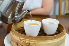 Puring Chinese tea i Royalty Free Stock Photography