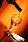 Puring ein Glas Wein Stockfoto
