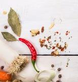 Purjolök och kryddor på vit träbakgrund Royaltyfri Foto