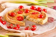 Purjolök- och tomatpaj Fotografering för Bildbyråer