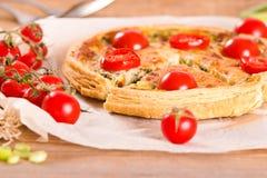 Purjolök- och tomatpaj Arkivfoton