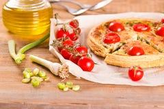 Purjolök- och tomatpaj Arkivbild
