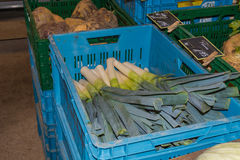 Purjolöken alliumampeloprasum kallade på en veckomarknad Royaltyfri Fotografi
