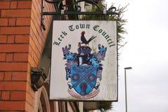 Purjolökkommunfullmäktigetecken, Staffordshire, England Arkivfoto