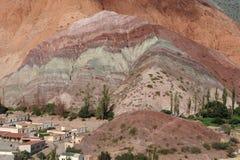 purmamarca för kull för 7 cerro colores Arkivbilder