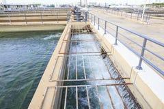 Puro y agua potable que fluyen en estado de la industria de la central depuradora Imágenes de archivo libres de regalías