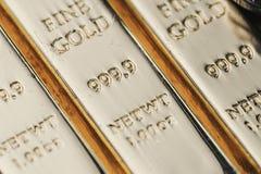 999 puros 9 barras finas brillantes del lingote de los lingotes de oro, macro ascendente cerrada fotos de archivo