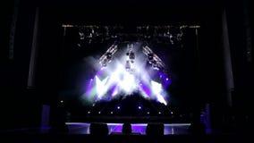 Purper en wit licht in het lege theater De achtergrond van de stadiumverlichting stock video
