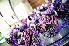 Purper huwelijk cupcakes Royalty-vrije Stock Foto's