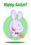Purper konijntje dat met paaseieren in een mand loopt Stock Foto