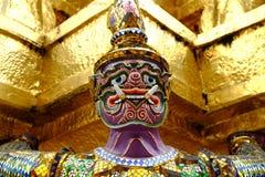 Purper reuzenstandbeeld onder gouden pagode Stock Fotografie