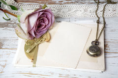 Purper rozenboeket en lege groetkaart royalty-vrije stock afbeelding