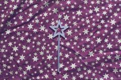 Purper textieltafelkleed met sterren en zilveren toverstokje Royalty-vrije Stock Fotografie