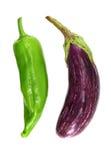 Purpere aubergine en groene paprika, op wit Royalty-vrije Stock Afbeelding