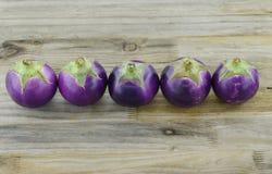 Purpere aubergines op houten achtergrond Royalty-vrije Stock Afbeeldingen